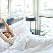 mulher-se-alongando-na-cama
